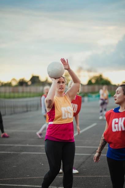 mulheres que jogam netball - girl power provérbio em inglês - fotografias e filmes do acervo
