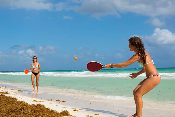 Donna giocare a paddle ball a Playa del Carmen - foto stock