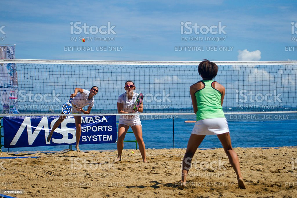 Women playing the beach tennis game on the beach - foto stock