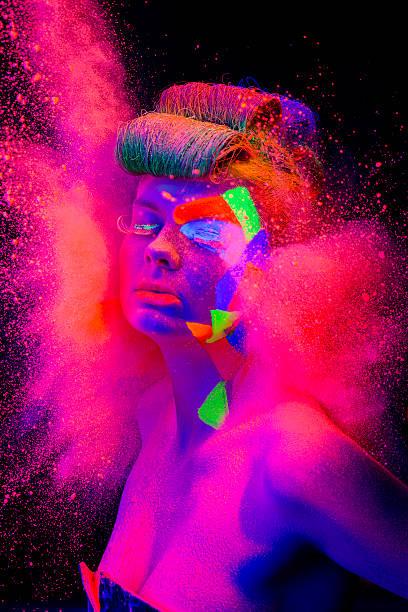 schöne frau porträt mit make-up in schwarzer leichter - fluoreszierend stock-fotos und bilder
