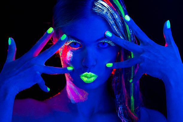 frau porträt mit glühend multi farbige make-up in schwarz, leichtes - fluoreszierend stock-fotos und bilder