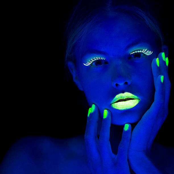 frau porträt mit hellgrünem fingernägel in neon - fluoreszierend stock-fotos und bilder
