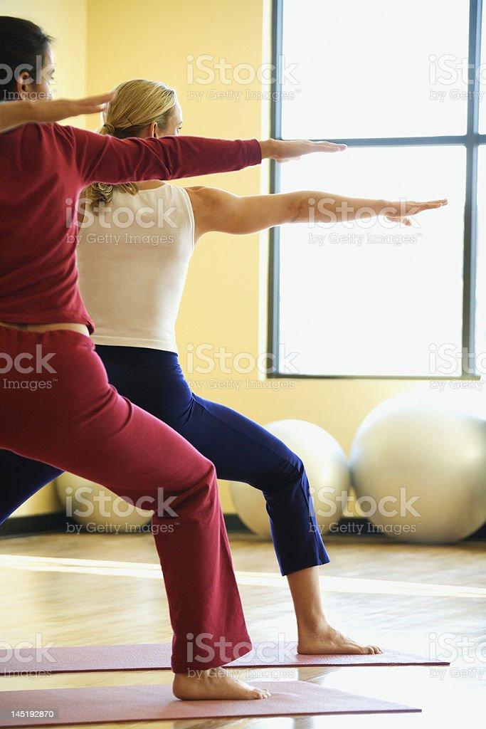 Erwachsene Frauen in yoga-Klasse. Lizenzfreies stock-foto