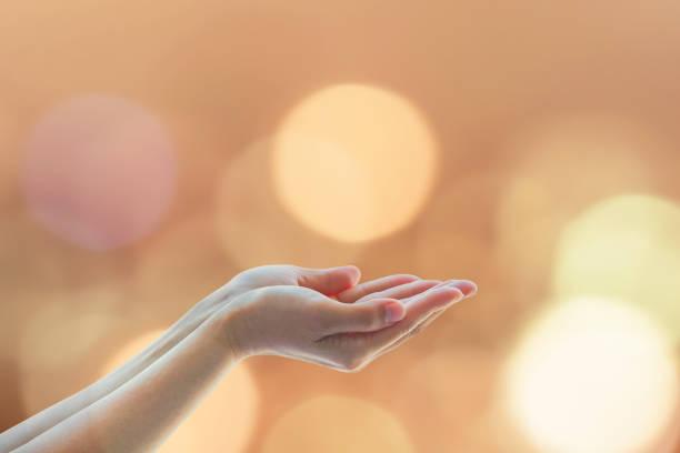 frauen gebet hand beten für einen guten zweck, heiligen-geist-konzept - donnerstagnachmittag stock-fotos und bilder