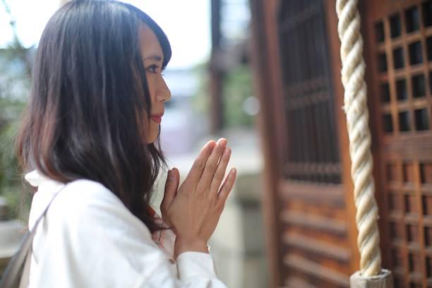 婦女在京都神社祈禱圖像檔