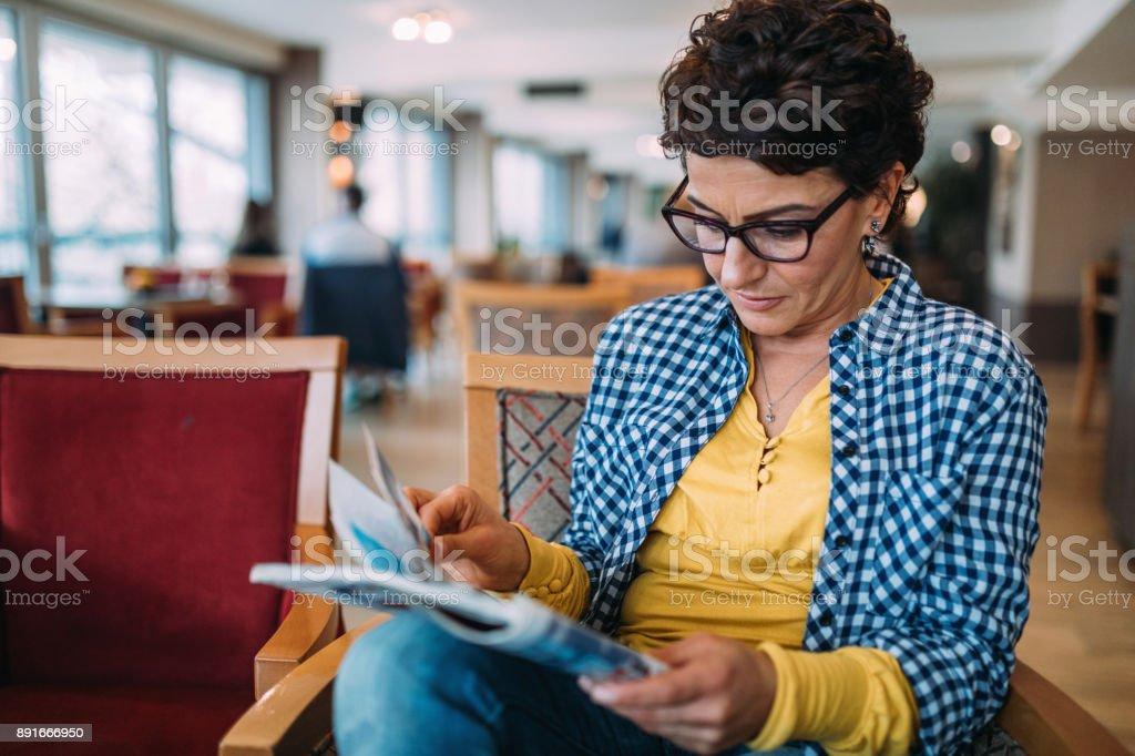 Frauen Lesen einer Zeitschrift – Foto