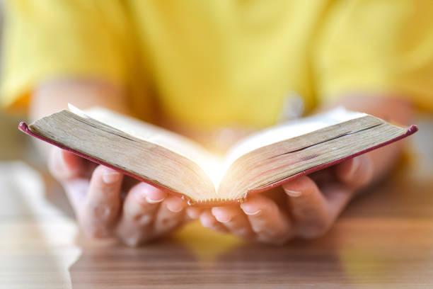 mulheres que lêem a bíblia santamente., lendo o abook. - cristianismo - fotografias e filmes do acervo
