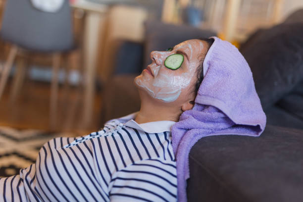 frauen entspannung - gurkenmaske stock-fotos und bilder
