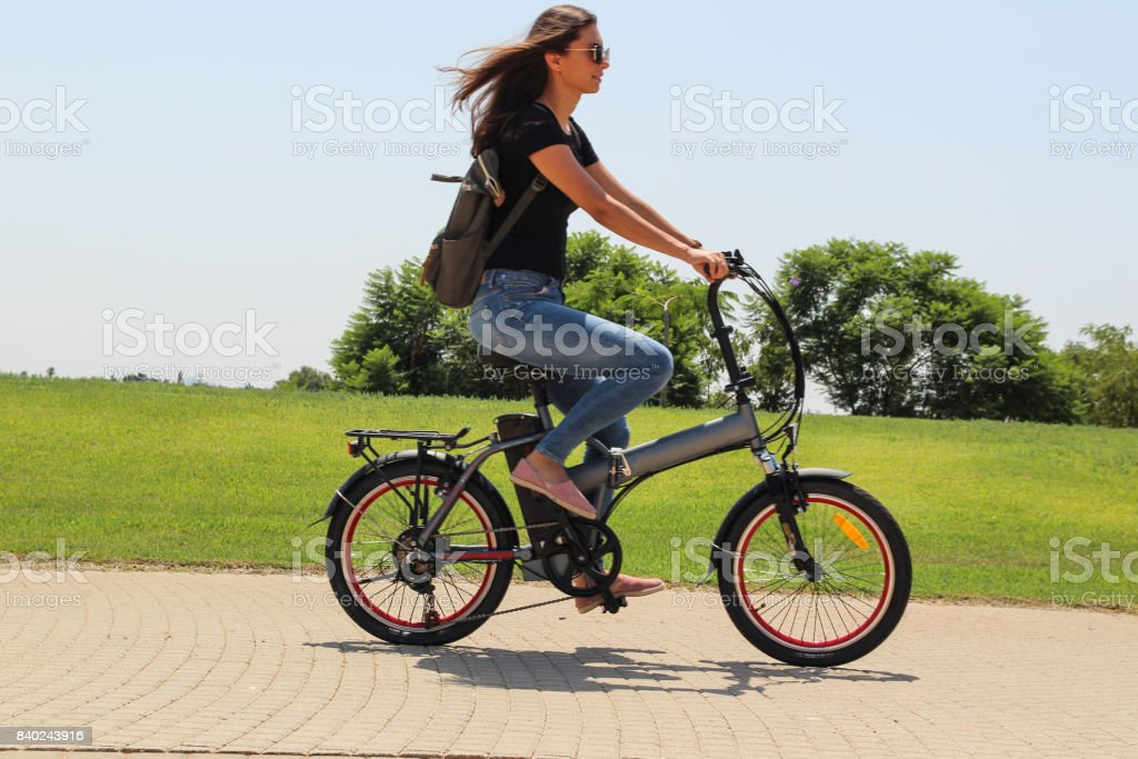 Mujeres montando en bicicleta e eléctrico en el Parque - foto de stock