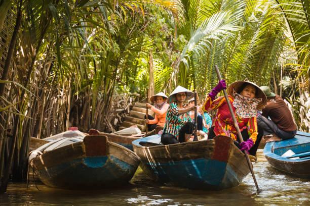 メコン川でボートを漕ぐ女性 - 自然旅行 ストックフォトと画像