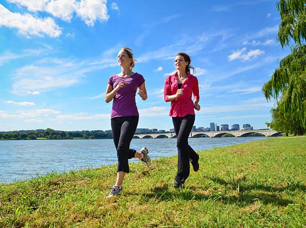 Frauen läuft im Park – Foto