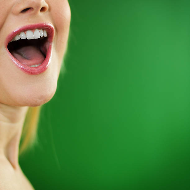 frau schreien - menschlicher mund stock-fotos und bilder