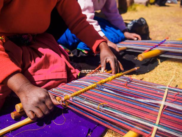 タキーレ島、ペルーの職人の服を縫う女性 - タキーレ島 ストックフォトと画像