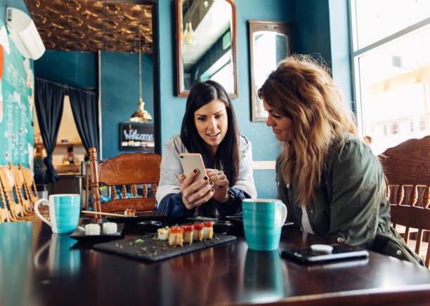 Frauen teilen Investitionsoptionen beim Mittagessen – Foto