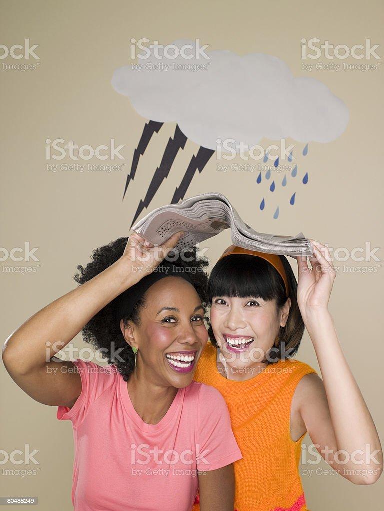 Mulheres Abrigar-se das condições meteorológicas foto de stock royalty-free