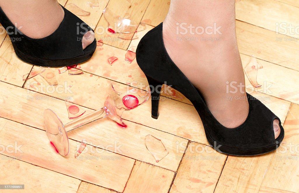 Mujer Zapatos Y Rotura De Vidrio Stock Foto e Imagen de Stock ... 3aebd553c74d