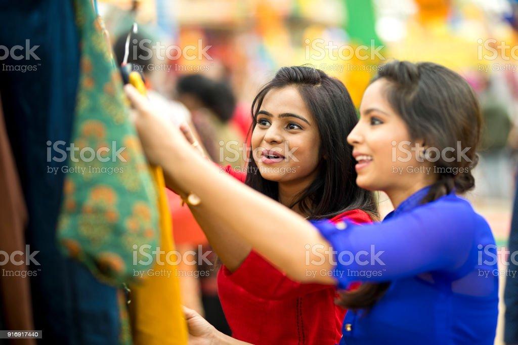 Shopping für Frauen Kleidung bei Straßenmarkt – Foto