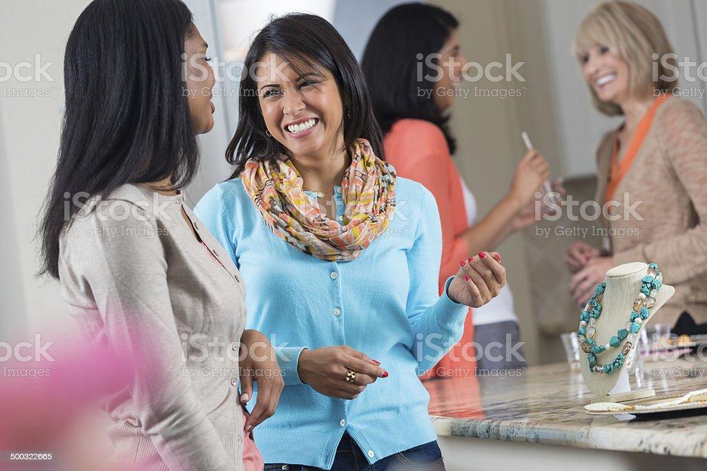 Mujeres de compras a la joyería juntos en ventas directas fiesta - foto de stock