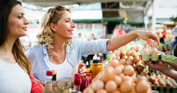 Frauen kaufen frische Eier auf dem lokalen Bauernmarkt – Foto