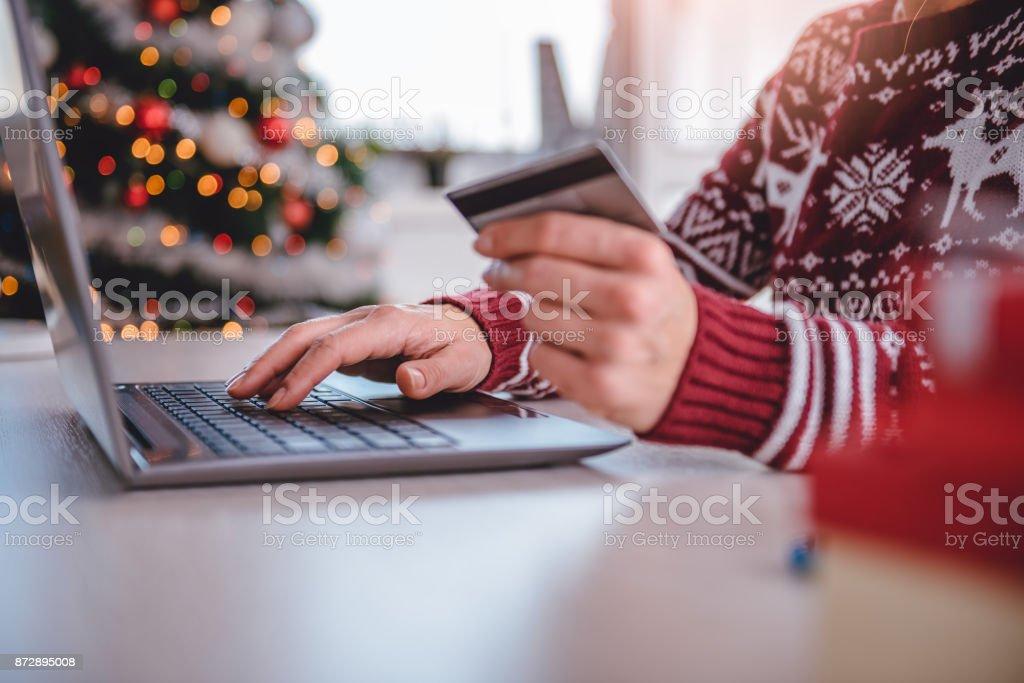 женщины покупки онлайн во время Рождества - Стоковые фото Беспроводная технология роялти-фри