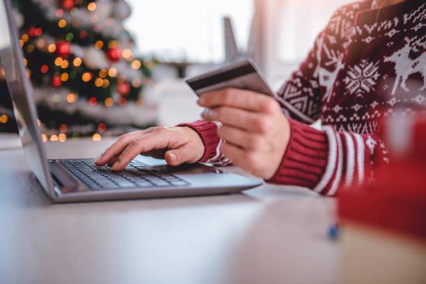 mulheres, compras on-line durante o natal - mercadoria - fotografias e filmes do acervo