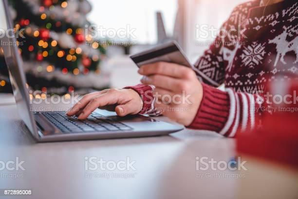 Женщины Покупки Онлайн Во Время Рождества — стоковые фотографии и другие картинки Беспроводная технология
