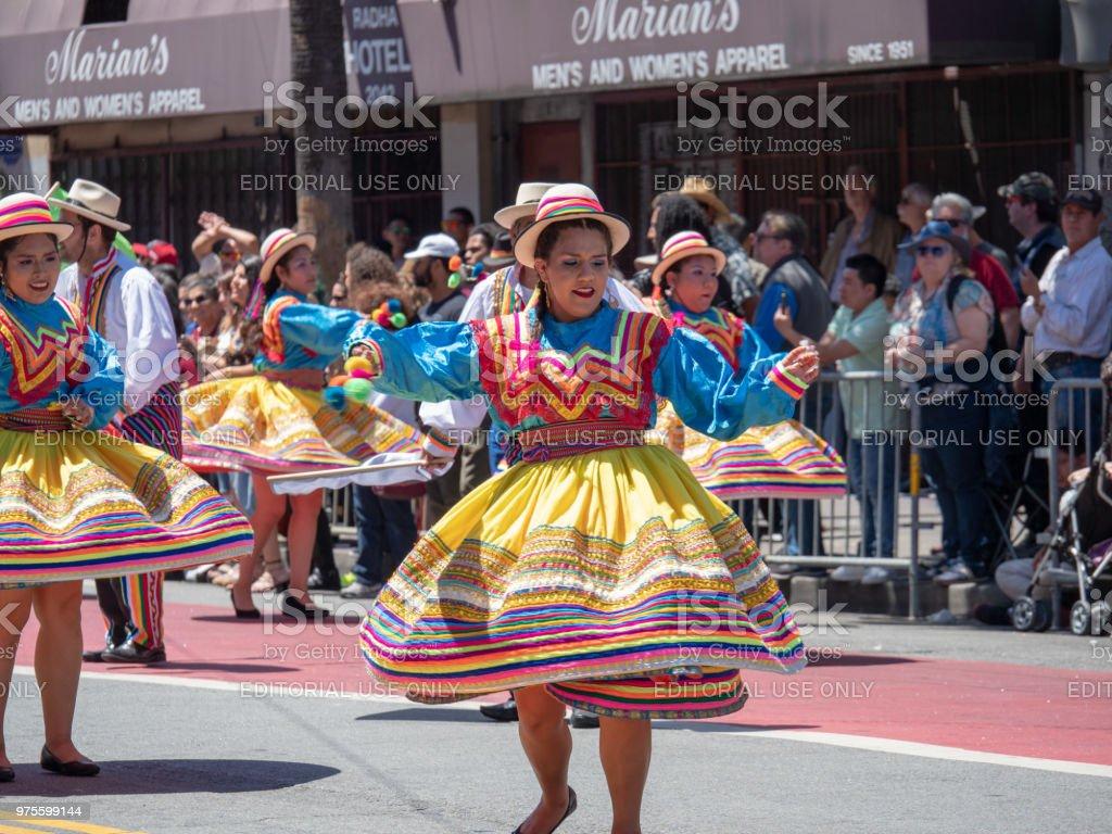 Mujeres Mostrando Danza De Centrifugado Mueve Llevando Vestidos De Fiesta Mexicana Marchando Por El Desfile Del Caranval De Sf Foto De Stock Y Más