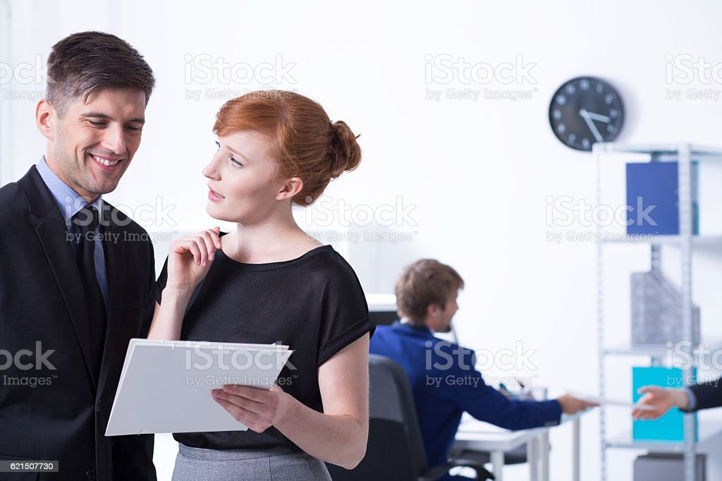 Women showing reports to her boss foto stock royalty-free