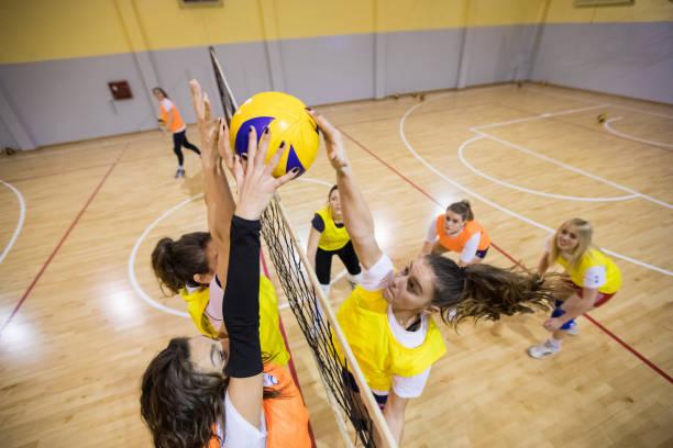 排球比賽中女性扣球與攔網 - 殺球 個照片及圖片檔