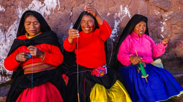 タキール島、チティカカ湖、ペルーでウールを紡ぐ女性たち - タキーレ島 ストックフォトと画像