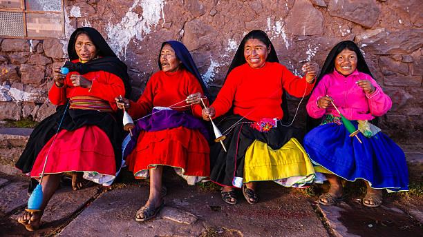 女性スピニングウールにタキーレ島、湖チチカカ,ペルー - タキーレ島 ストックフォトと画像