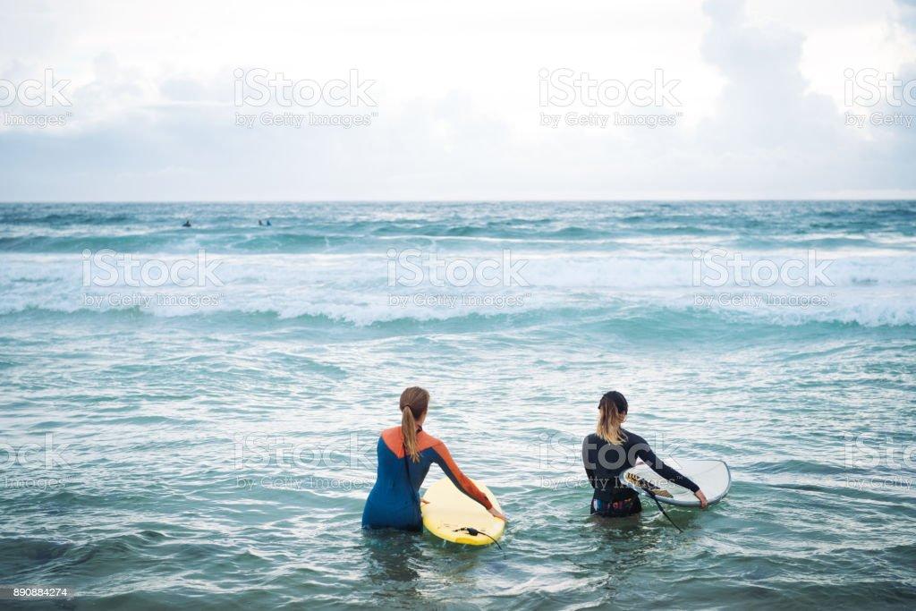 Frauen-Surfer auf den Wellen im Ozean Reiten gehen Lizenzfreies stock-foto