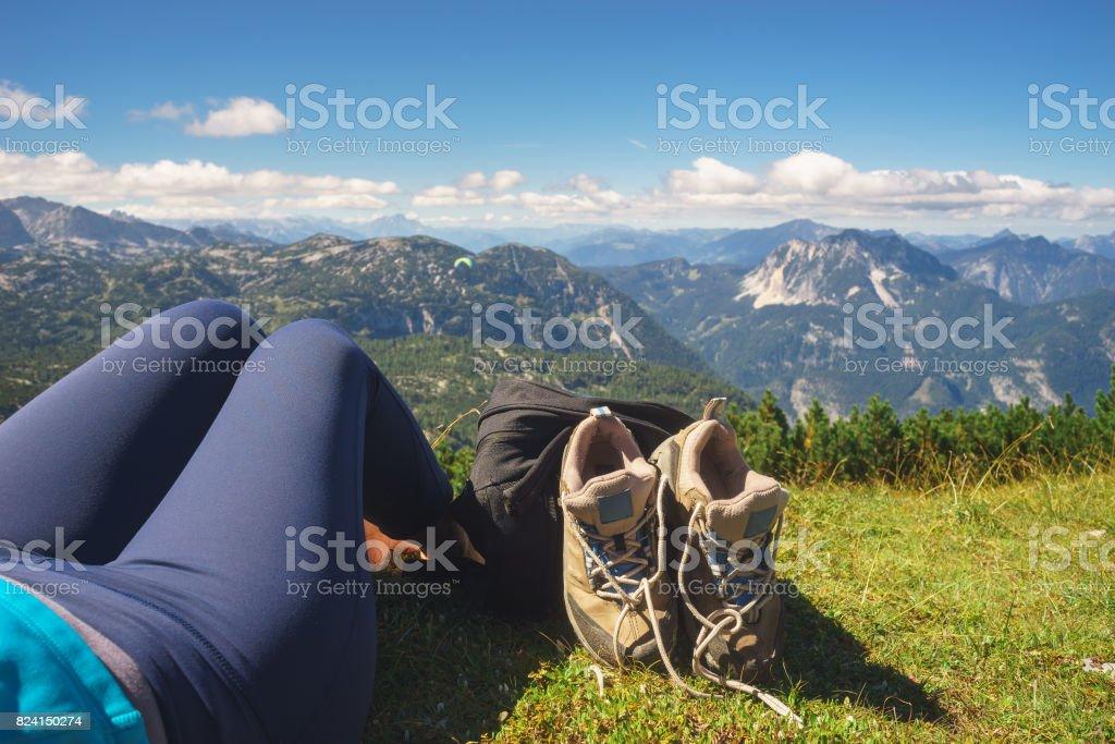 Frauen nehmen Sie Wanderschuhe und entspannen auf dem Rasen – Foto