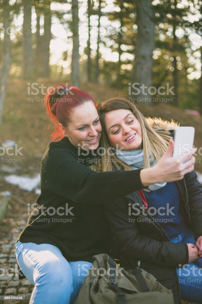 Women taking picture of herself, Lifestyle sunny image best friend girls happy vacations. zbiór zdjęć royalty-free