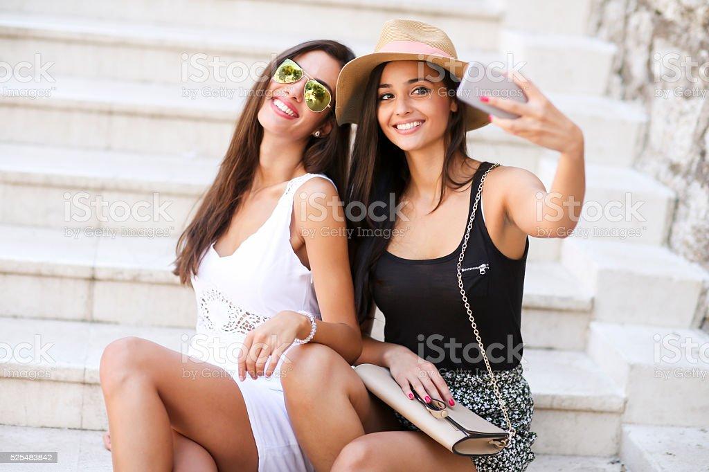 Mujer tomando autofoto - foto de stock