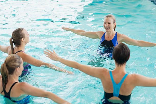 Donne prendendo la classe di Aerobica acquatica - foto stock