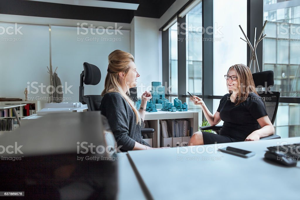 Women talking together in design office - foto de stock