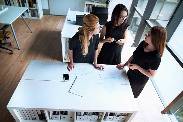 Women talking together in design planning office – Foto