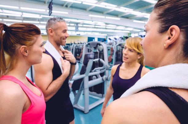 vrouwen praten met personal trainer na trainingsdag - call center stockfoto's en -beelden