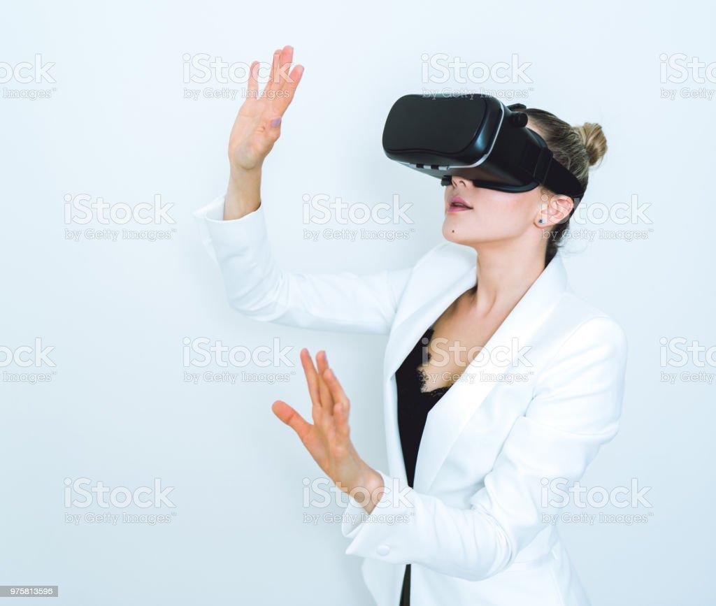 Frauen, die Virtual-Reality-Simulator zu Hause testen - Lizenzfrei Ausrüstung und Geräte Stock-Foto