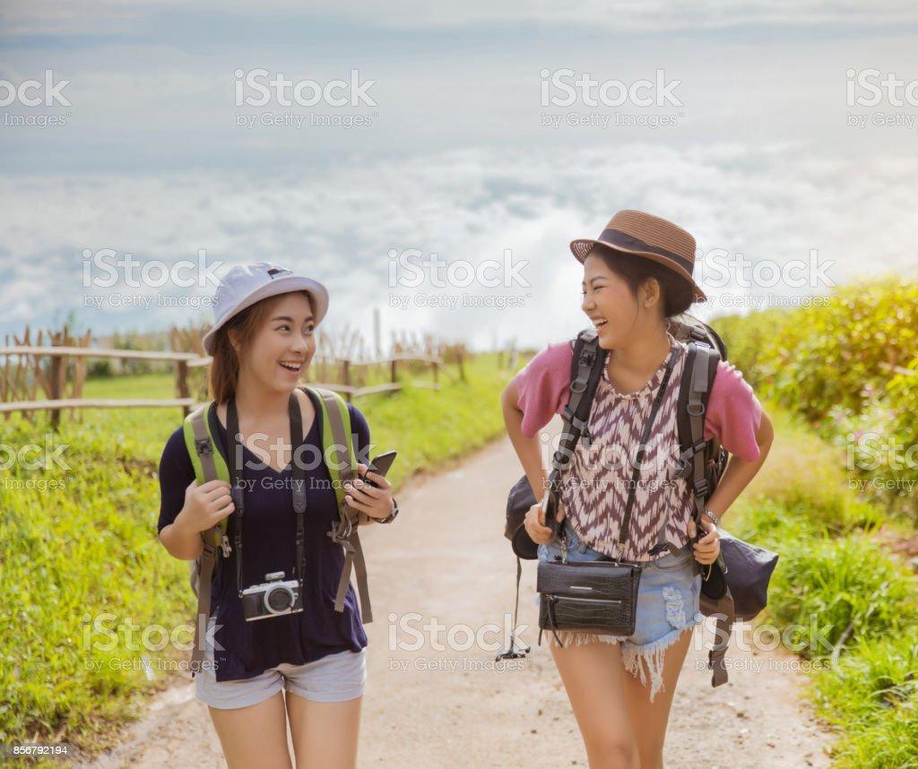 2b1144800380 Los turistas mujeres nuevo paquete para explorar las montañas de niebla que  ella estaba hablando con