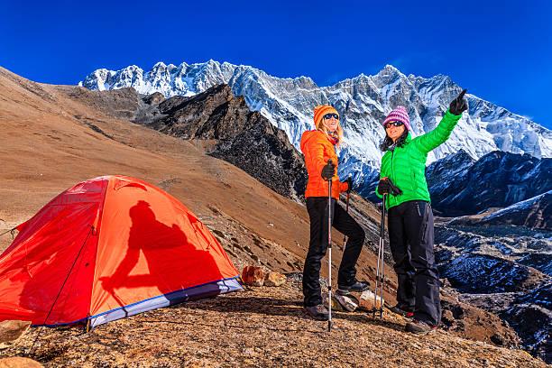 frau wandern im himalaya, mount everest national park - zelt stehhöhe stock-fotos und bilder