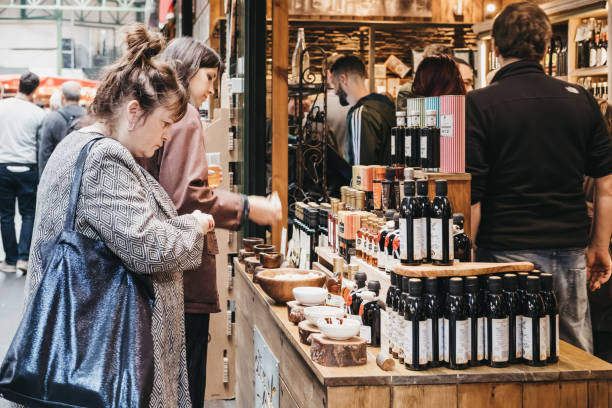여자 시도 올리브 오일과 식초 미화 원 시장, 런던, 영국에서에서 시장 축 사 - small business saturday 뉴스 사진 이미지