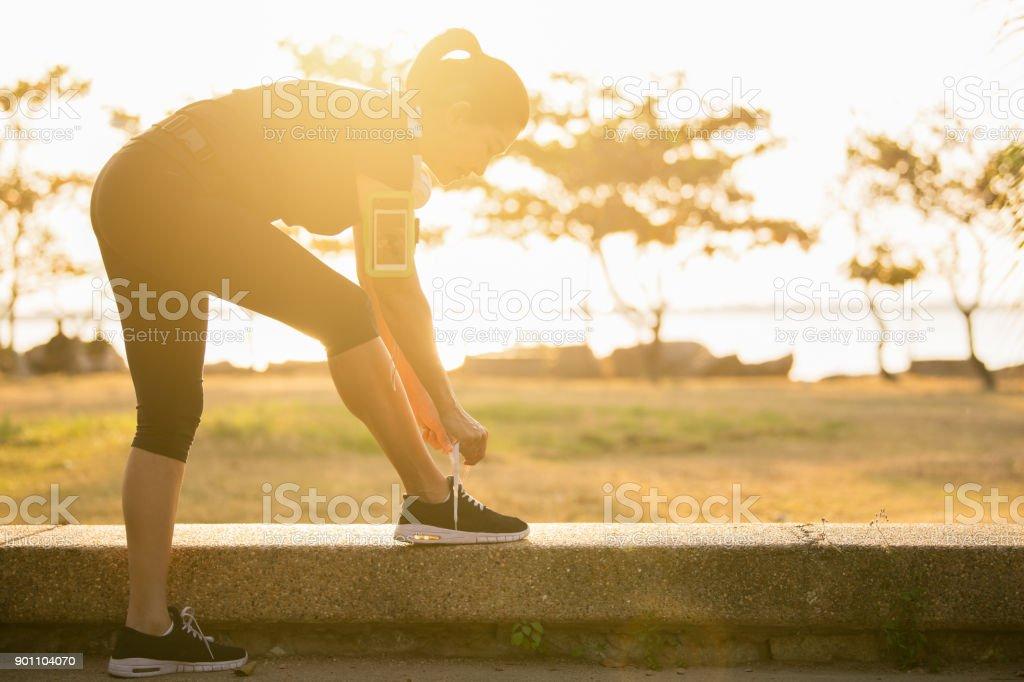 Frauen, die versuchen Laufschuhe. – Foto