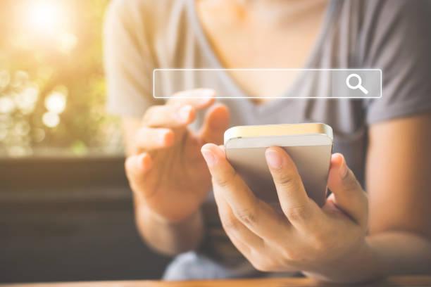 frauen benutzen smartphones um zu finden, was sie interessiert. suche informationen über internet-networking-konzept - sucht stock-fotos und bilder