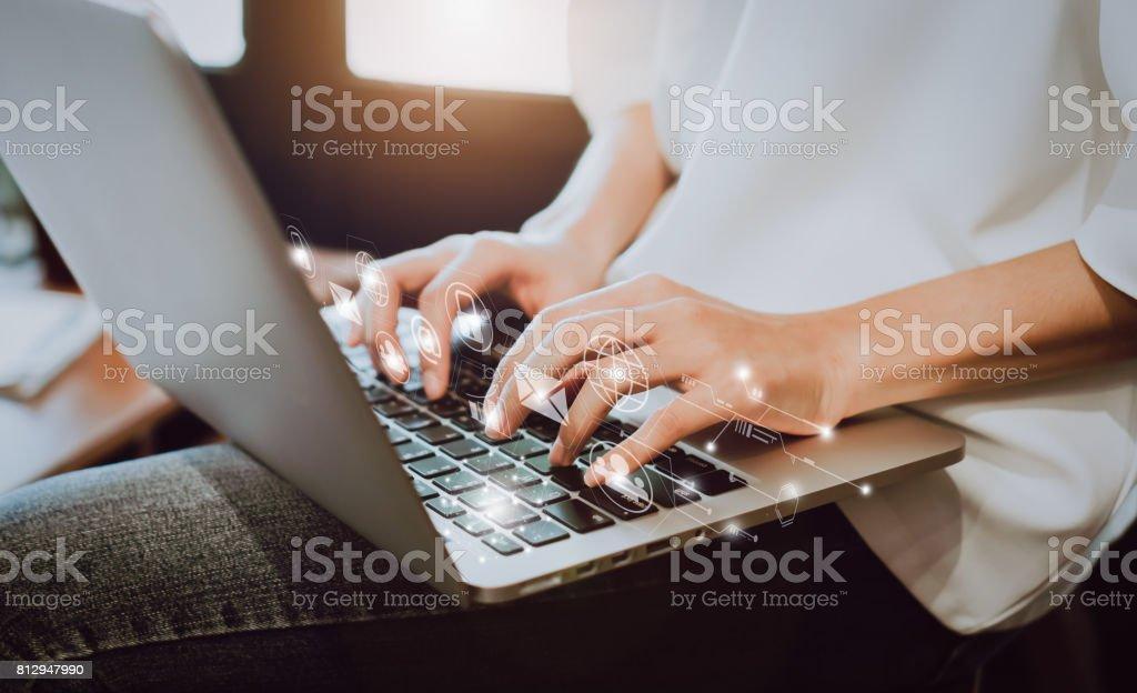 Frauen mit einem Laptop in der Anzeige und Technologie Fortschritte in den Läden. Nehmen Sie Ihren Bildschirm mit Werbung versehen. – Foto