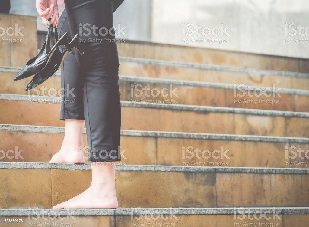 Las Mujeres Caminan Por La Escalera Con Los Pies Descalzos Y La ...