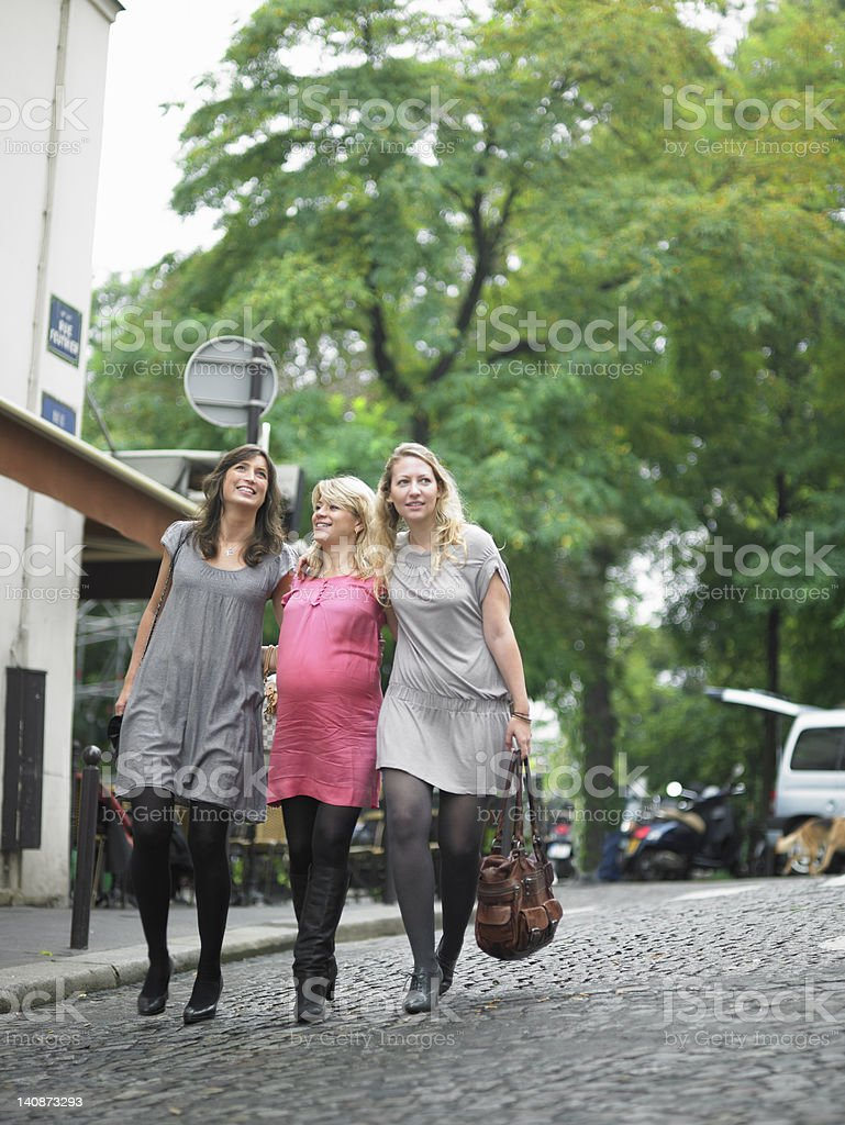 Mujeres caminando en la calle street - foto de stock