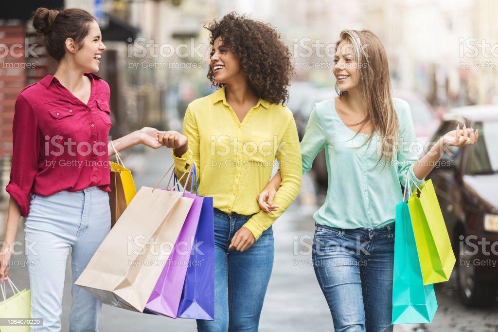 Vrouwen lopen met boodschappentassen in de stad - Royalty-free Afrikaanse etniciteit Stockfoto