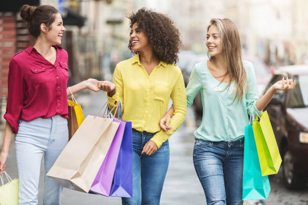 mulheres andando com sacolas de compras na cidade - mercadoria - fotografias e filmes do acervo